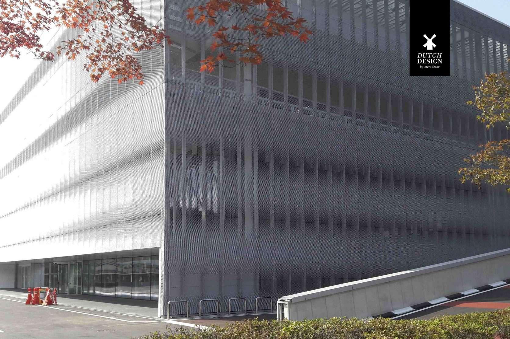 Het Hyundai Motor Training Center in Zuid Korea is voorzien van een strekmetalen gevel die als functie heeft de zon te weren.